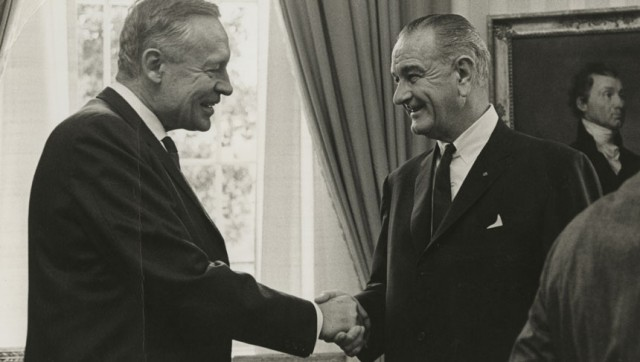 El oceanógrafo Roger Revelle estrechando la mano de Lyndon Johnson