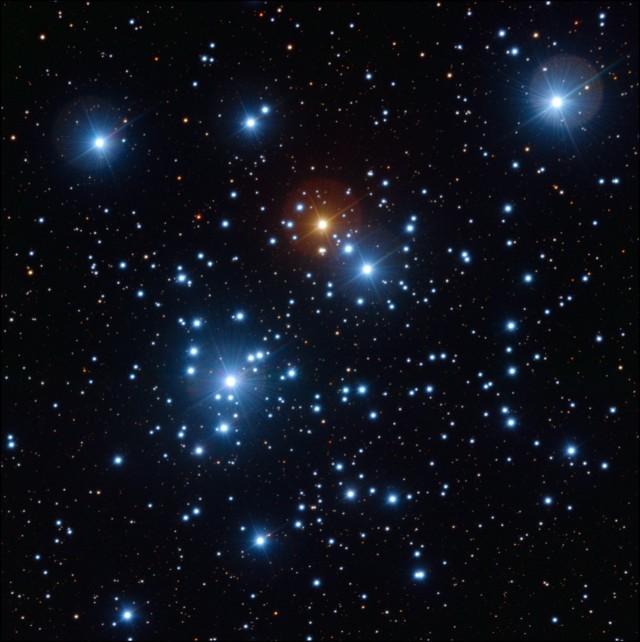 Cúmulo abierto del Joyero (NGC 4755) observado en filtros B (azul), V (verde) e I (rojo) con el instrumento Wide Field Imager (WFI) en el telescopio de 2.2m del Observatorio Europeo Austral en La Silla, Chile. La imagen tiene un tamaño de 20 minutos de arco (2/3 del tamaño aparente de la Luna Llena). Crédito de la imagen: European Southern Observatory (ESO) / Y. Beletsky.