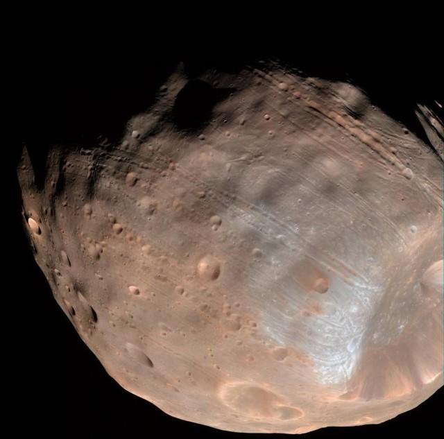 En esta imagen se aprecian las grietas y fisuras que recorren la pequeña luna marciana. Imagen obtenida desde 6800km de distancia por la Mars Reconnaissance Orbiter en 2008