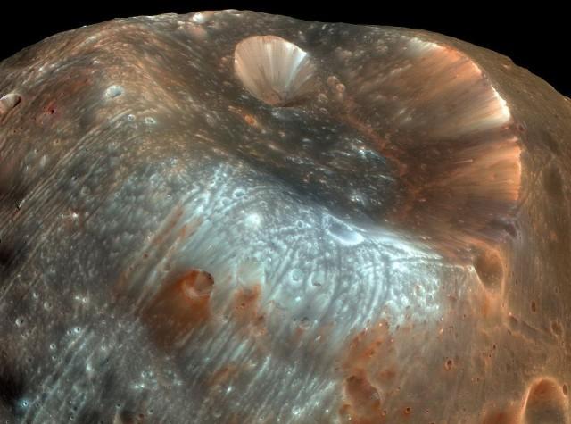 El cráter Stickney, la característica geológica más destacada de Fobos, tiene 9 km de diámetro. Si el objeto cuyo impacto lo originó hubiera sido un poco más grande, habría partido esta luna en múltiples fragmentos. Imagen obtenida desde 6800km de distancia por la Mars Reconnaissance Orbiter en 2008