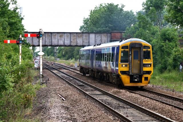 Señales verticales de placa móvil en uso en los ferrocarriles británicos, 2012. (Fuente: John Turner, Flickr)