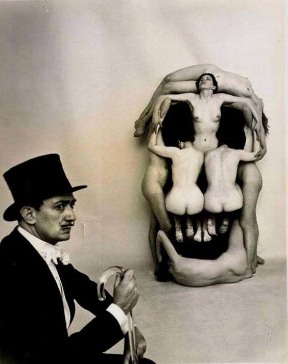 """Dalí y su obra """"In voluptas mors"""". Fuente"""