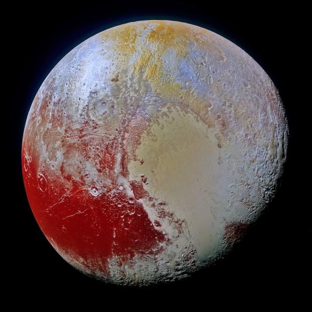 Imagen en falso color del planeta enano Plutón obtenida por la sonda New Horizons (NASA) el 14 de julio de 2015. La imagen combina datos en colores azules, rojos e infrarrojos tomados por la cámara Ralph/Multispectral Visual Imaging Camera (MVIC), desvelando un gran colorido y gran cantidad de detalles, lo que habla de la compleja historia climática y geológica de Plutón. Crédito:  NASA/JHUAPL/SwRI. Ligeros retoques de color, contraste, iluminación y sombras por Ángel R. López-Sánchez.