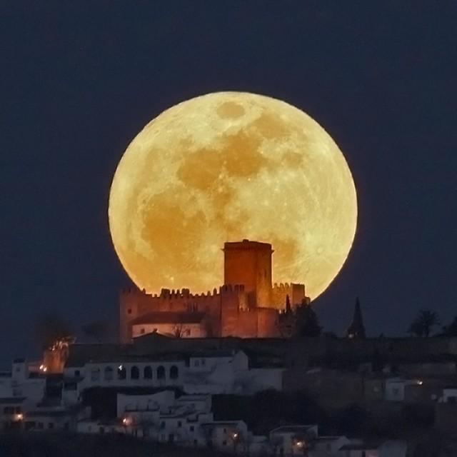 """Superluna saliendo detrás del castillo de Espejo (Córdoba, España) el 20 de marzo de 2011. Esta fotografía, obtenida por Paco Bellido, se ha incluido en multitud de revistas, exposiciones y páginas de internet. Es tal su fama que ahora mucha gente está intentando reproducirla cada vez que hay luna llena (y el tiempo acompaña, supongo). Más información en el antiguo blog de Paco, """"El beso en la luna"""". Crédito: Paco Bellido."""