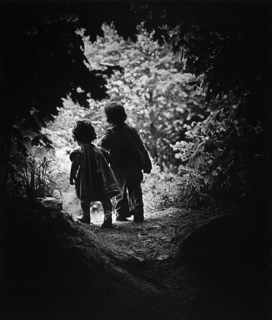Niños explorando el Universo (fotografía de Eugene Smith).