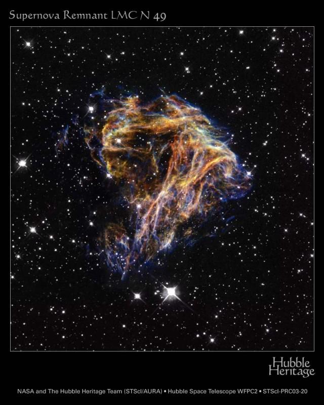Resto del supernova LMC N 49, dentro de la Gran Nube de Magallanes, observado por el Telescopio Espacial Hubble usando filtros en [O III] (azul), H-alpha (verde) y [S II] (rojo). Crédito: NASA y The Hubble Heritage Team (STScI/AURA).