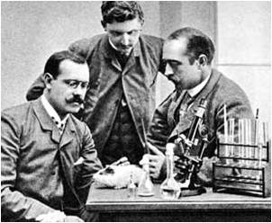 behring-together-with-his-colleagues-wernicke-left-and-frosch-center-in-robert-kochs-laboratory-in-berlin