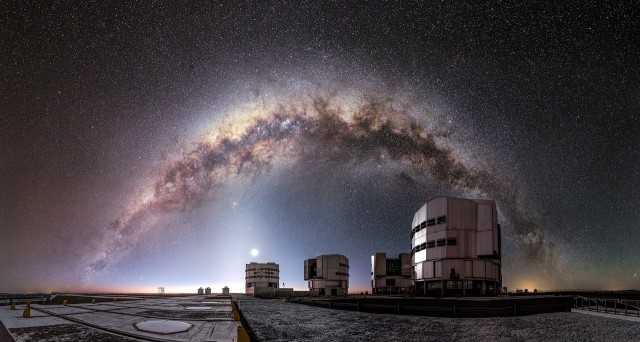 La Vía Láctea sobre el Observatorio de Paranal (Desierto de Atacama, Chile), donde se encuentran los telescopios del complejo Very Large Telescope (VLT), operado por el Observatorio Europeo Austral. Crédito: M. Claro/ESO.