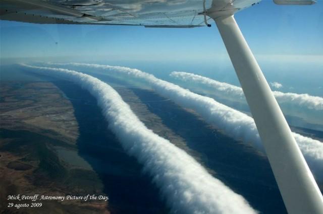 """La famosa """"Morning Glory"""" australiana, fotografiada desde el aire. En la nueva edición del Atlas Internacional de Nubes, esta nueva especie nubosa (nube en rodillo) se llama volutus."""