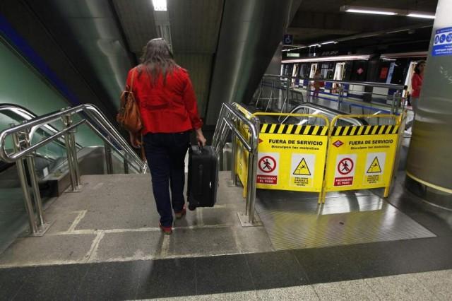 Una viajera de metro, en un andén con las escaleras mecánicas averiadas. Foto © Jorge Paris, usada con permiso.