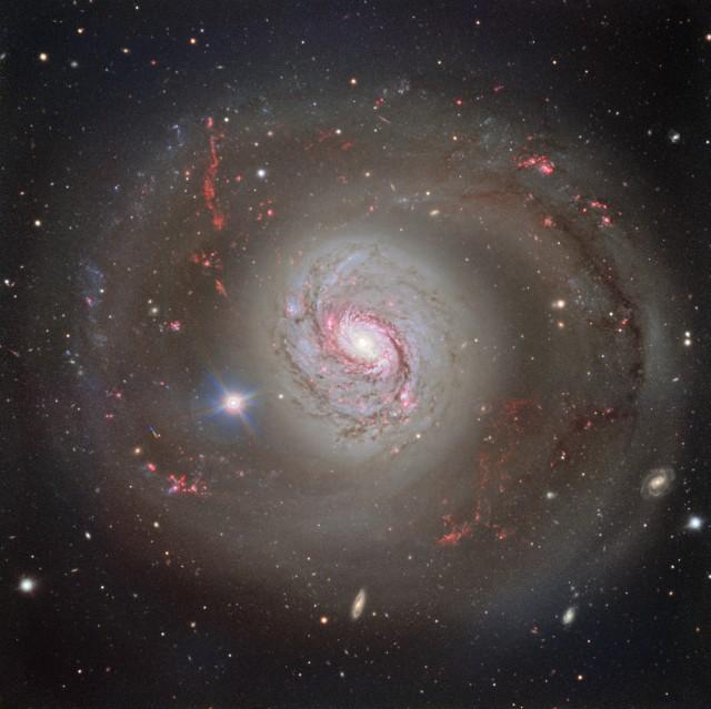 Imagen: El telescopio VLT (Very Large Telescope) de ESO ha captado una magnífica imagen frontal de la galaxia espiral barrada Messier 77. La imagen hace justicia a la belleza de la galaxia, destacando sus brillantes brazos entrecruzados con carriles de polvo, pero no desvela la naturaleza turbulenta de Messier 77. Crédito: ESO, ligero retoques para enfatizar el disco externo de M 77 por Ángel R. López-Sánchez (AAO/MQU).