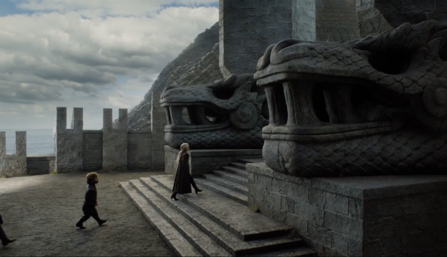 Dos impresionantes cabezas de dragón talladas en la entrada de Rocadragón
