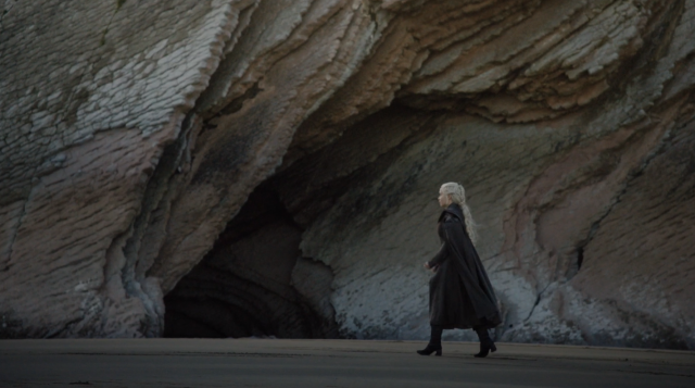 Daenerys pasando por delante de la cueva