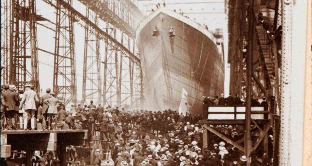 Fotografía de John W. Kempster sobre la botadura del casco del Titanic en 1911.