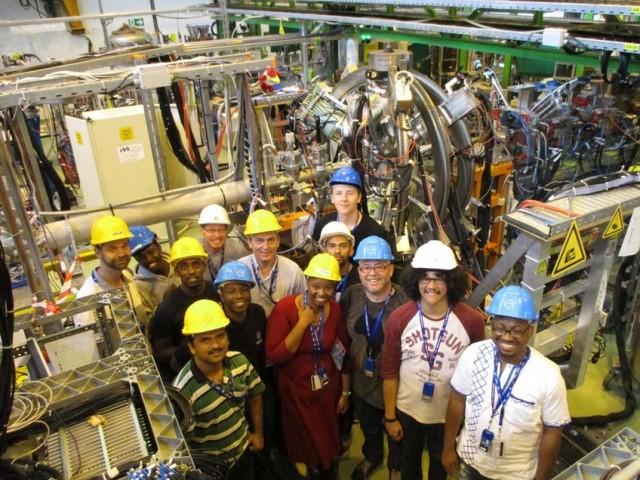 Estudiantes y miembros del personal trabajando en el primer experimento liderado por un equipo africano en el CERN. Crédito: Stephanie Hills