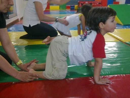 TMR de reflejos. Tomada de http://cuandonotodossontdah.blogspot.com.es/2012/08/ejercicios-terapia-movimientos-ritmicos.html