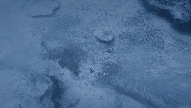 Vista aérea del lago casi congelado, con la isla que sirve de refugio al escuadrón suicida