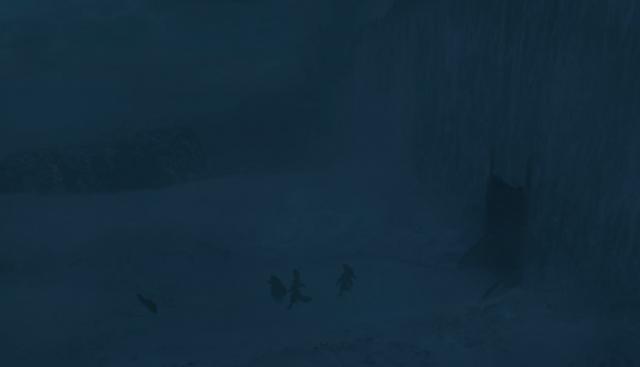 Ser Davos y los hombres de la Guardia de la Noche recogiendo a Gendry en las puertas de Guardaoriente en el Muro. La oscuridad de las imágenes muestran que es de noche