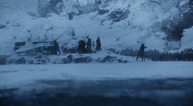 Durante el lanzamiento de la piedrecita, ya no vemos el cuerpo de Thoros ardiendo