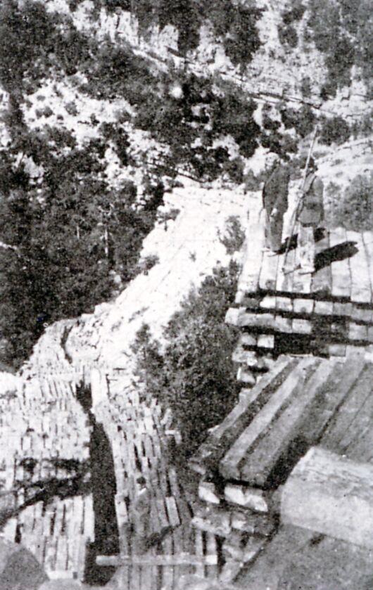 Traviesas acumuladas en el Salto de los Órganos (Río Borosa, Sierras de Cazorla y Segura). Fotografía de 1943 procedente de la Fototeca Forestal Española.