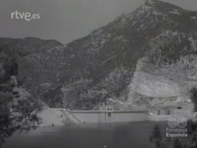 Fotograma del reportaje sobre la presa del Tranco emitido dentro del No-Do de 24 de junio de 1946. A la izquierda de la imagen puede apreciarse el elevador.