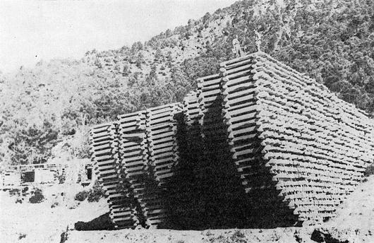 """Traviesas apiladas a la orilla del Guadalquivir. Posteriormente se unirían a otras muchas para formar una """"maderada"""". Fototeca Forestal Española."""