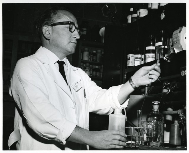 Sol Spiegelman (1914-1983), fotografiado en su laboratorio de la Universidad de Illinois en 1965 (crédito: NIH – US National Library of Medicine).