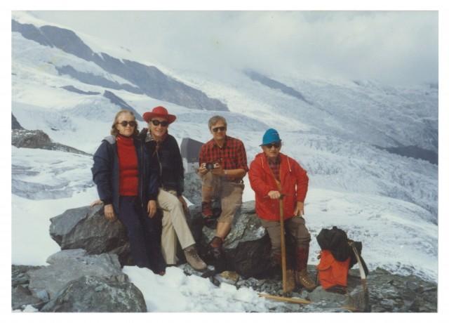 Sol Spiegelman con su esposa Helen, acompañados por Hans Noll y Francis Crick, durante una excursión por los Alpes suizos en septiembre de 1972 (crédito: NIH – US National Library of Medicine).