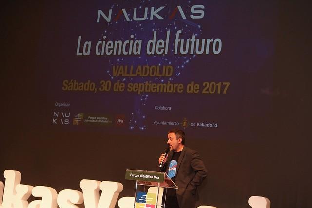 Antonio Martínez Ron presentando, animando y controlando. Al fondo, diseños para el evento por @alpoma. Imagen UVa / Juan Carlos Barrena.