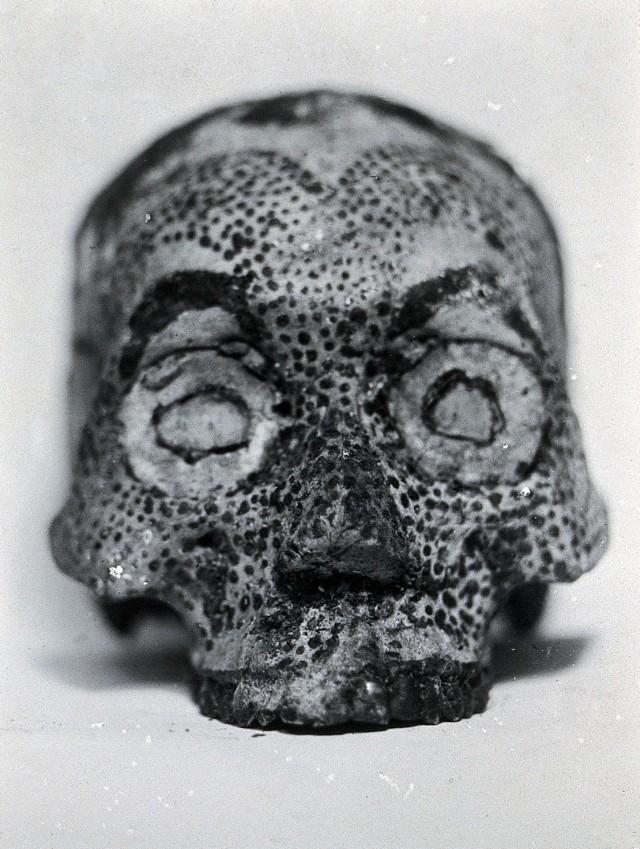 Calavera humana decorada por la tribu Konyak Nagas. Fotografía por John Henry Hutton hacia 1929