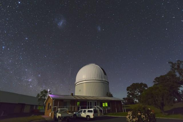 Figura 3: Las Nubes de Magallanes sobre el Telescopio Anglo-Australiano (AAT, Observatorio de Siding Spring, Australia). La Gran Nube de Magallanes (LMC) está a la izquierda, y la Pequeña Nube de Magallanes (SMC) a la derecha. Imagen obtenida poco antes del crepúsculo matutino el 8 de septiembre de 2015. Crédito: Ángel R. López-Sánchez (AAO/MQU).