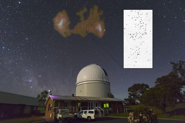 """Figura 4. Misma imagen anterior de las Nubes de Magallanes sobre el Telescopio Anglo Australiano, pero con más información sobre el descubrimiento. Superpuesto en falso color se muestra la distribución de gas atómico en ambas galaxias enanas y el Puente de Magallanes conectando las dos. El rectángulo negro indica la región del cielo explorada en las observaciones del AAT, la ampliación muestra la posición de las """"estrellas perdidas"""" de la SMC (identificadas como puntos brillantes en imagen en escala de grises) encontradas. Créditos: Imagen de las Nubes de Magallanes sobre el AAT:  Ángel R. López-Sánchez (AAO/MQU). Imagen en radio mostrando el gas HI: M. Putman (Columbia, US) and Leiden/Argentine/Bonn (LAB) survey of Galactic HI (Kalberla & Haud 2015). Imagen en escala de grises: Digital Sky Survey (DSS). Composición de la imagen: Ricardo Carrera (IAC/INAF) y Ángel R. López-Sánchez (AAO/MQU)."""
