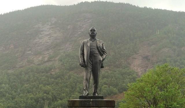 Estatua de Sam Eyde en la plaza del mercado de Rjukan. Vía