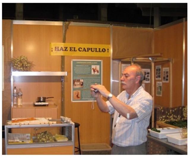 Carlos Zamorano en el stand que montamos en la VIII Feria de la Ciencia de Sevilla