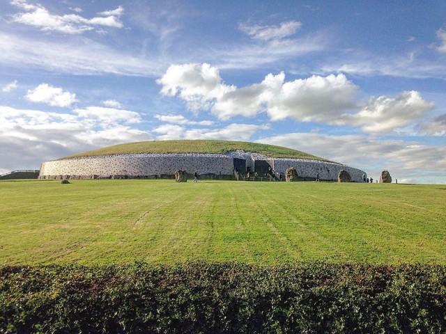 En el yacimiento de Newgrange (Irlanda) se encontró el fósil de un perro de hace 4.800 años, el cual se considera que tiene el ADN mejor conservado. Autor: Tjp Finn. Fuente: https://en.wikipedia.org/wiki/File:Irelands_history.jpg