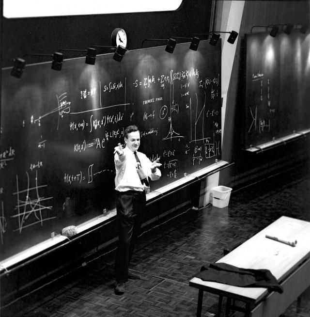 Feynman durante el coloquio de 1965 en el CERN (Fuente: CERN document server)