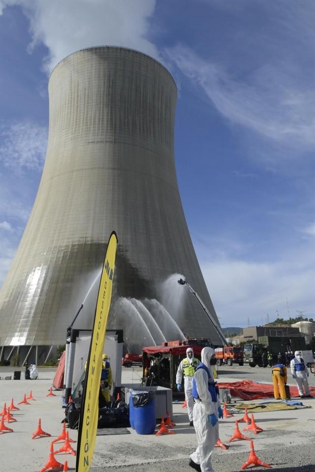 Prácticas de la UME de reconocimiento radiológico, descontaminación y enfriamiento en la torre de refrigerción de la Central Nuclear de Ascó (UME)
