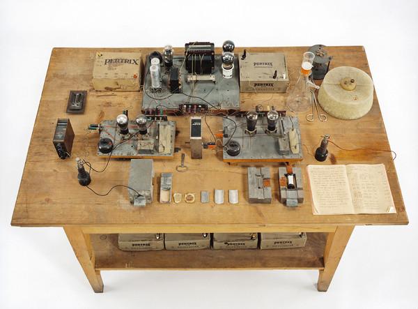 Mesa de trabajo en la que Otto Hahn descubrió la fisión nuclear en Berlín,  1938 (Deutsches Museum).