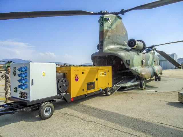 Helicóptero del la UME cargando un equipo en el CAE, situado en las instalaciones de Tecnatom en Madrid