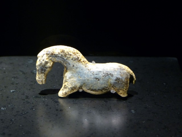 Caballo de Vogelherd, tallado en marfil hace 35.000 años, prueba que la elegancia y brío de los caballos siempre han fascinado al ser humano, ya mucho antes de su domesticación
