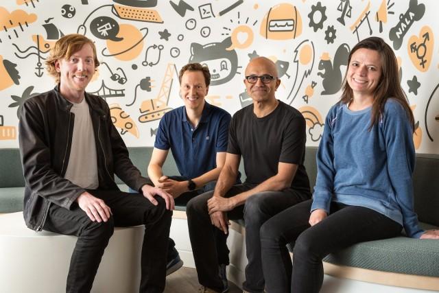 Chris Wanstrath (actual CEO), Nat Friedman (próximo CEO), Satya Nadella (CEO de Microsoft) y Amy Hood (directora de finanzas de Microsoft)