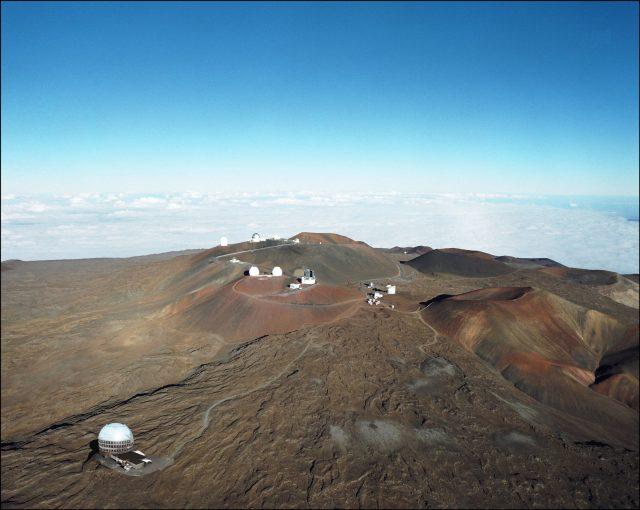Y así de desangeladito quedaría en Mauna Kea (abajo a la izquierda). Se pueden ver también los telescopios gemelos Keck y el Subaru.