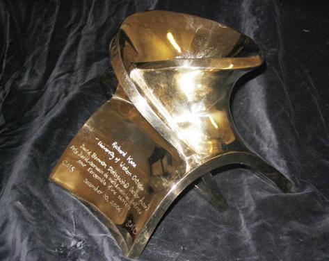 Salt, el trofeo que se entrega a los ganadores del premio Borwein, está inspirado en la fórmula de Benson para el cálculo de la constante de Madelung de la halita