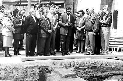Imagen aparecida en prensa sobre la necrópolis judía aparecida en Valencia en 1996
