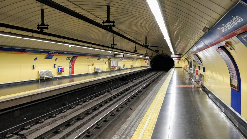 Estación de metro de San Bernardo, Madrid, sin viajeros.