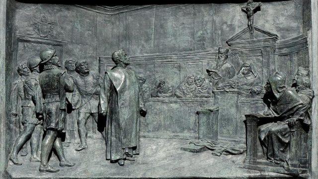 El proceso de Giordano Bruno a cargo de la Inquisición romana. Relieve de bronce de Ettore Ferrari (1845-1929)